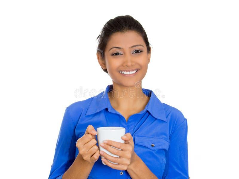 微笑的妇女用茶 免版税库存图片