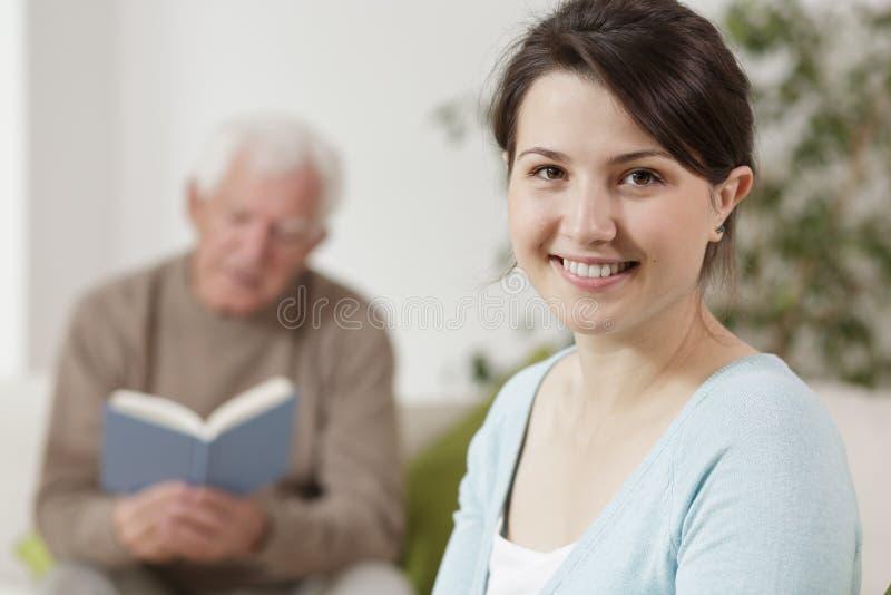 微笑的妇女年轻人 免版税库存图片