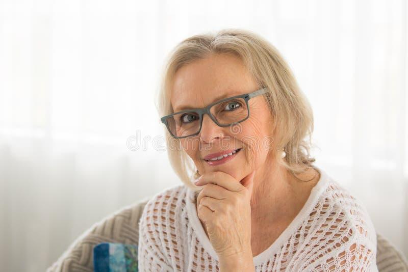微笑的妇女玻璃 免版税库存图片