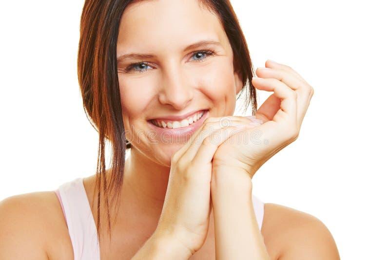 年轻微笑的妇女 免版税库存照片
