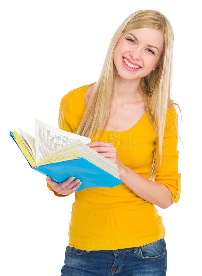 微笑的学员女孩纵向有书的 免版税库存图片