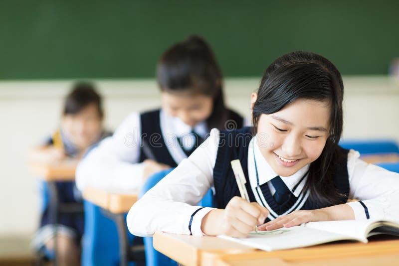 微笑的学生女孩在教室 免版税库存图片