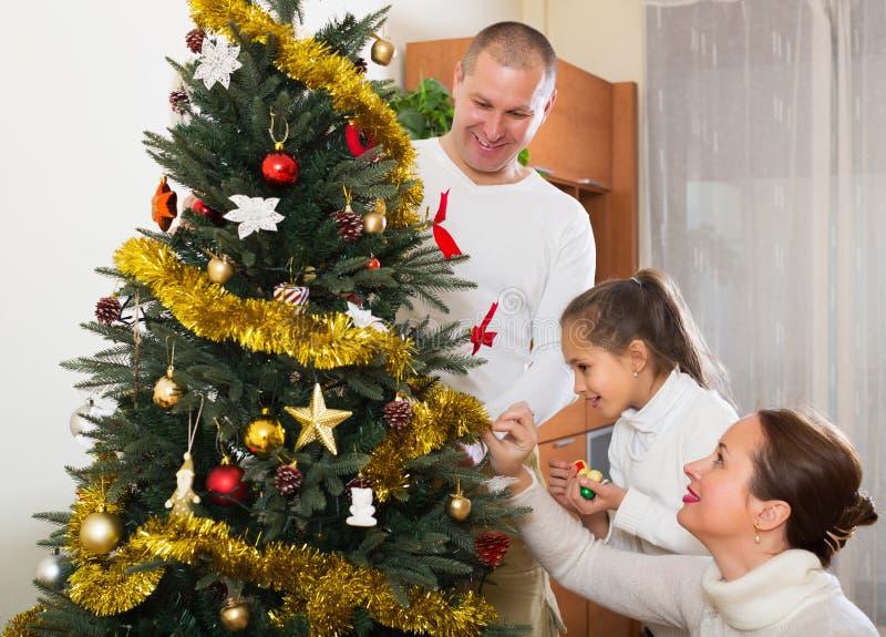 微笑的家庭为圣诞节做准备 库存图片