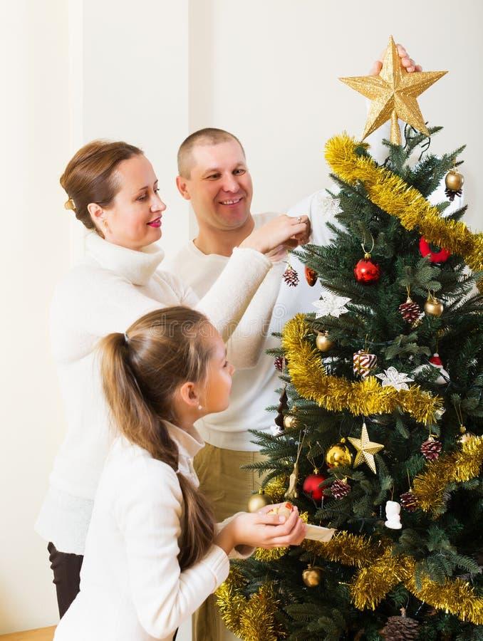 微笑的家庭为圣诞节做准备 免版税库存照片