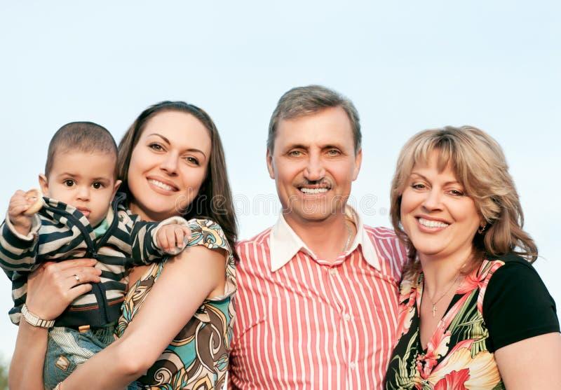 微笑的家庭和祖父母在乡下 库存图片