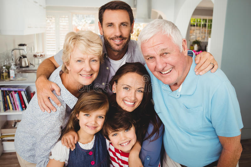 微笑的家庭画象与祖父母的 免版税库存照片