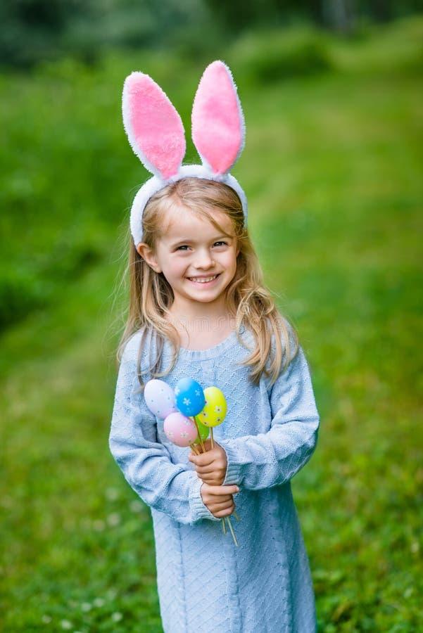 微笑的小女孩画象有金发佩带的室内天线的 免版税库存照片