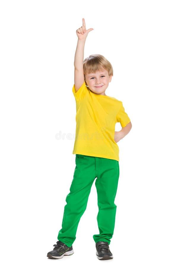 微笑的小男孩显示他的手指  免版税库存图片