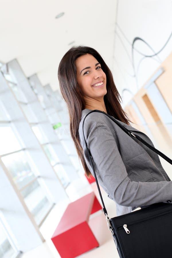 微笑的少妇向商务旅游求助 免版税库存照片
