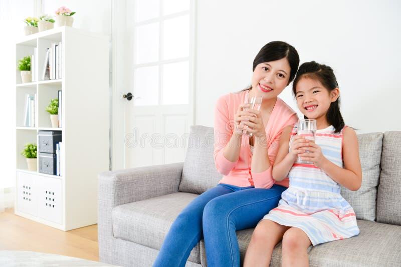 微笑的少妇和愉快的逗人喜爱的小女孩 库存照片