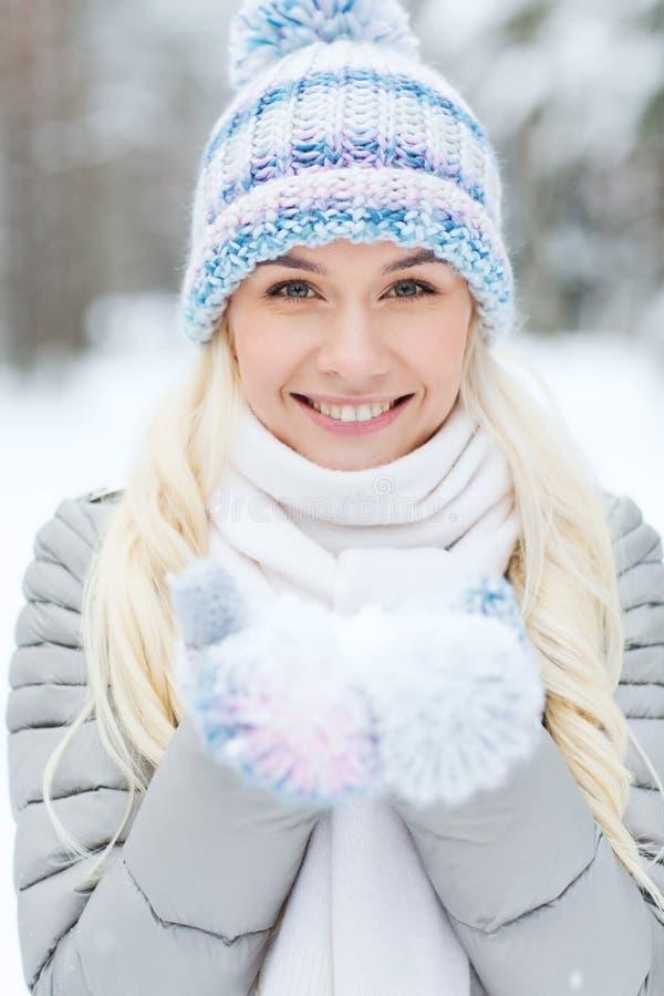 微笑的少妇在冬天森林里 免版税库存图片