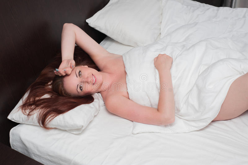 微笑的少妇在坏醒 免版税库存照片
