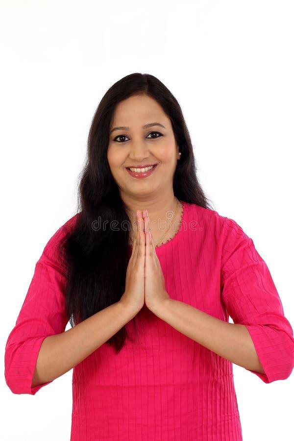 微笑的少妇招呼的Namaste 免版税库存照片