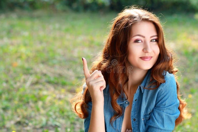 微笑的少妇指向 库存照片