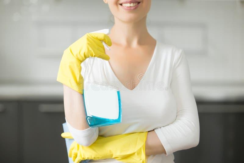 微笑的少妇特写镜头厨房的 库存照片