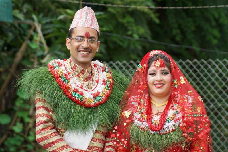 微笑的尼泊尔新娘夫妇 库存照片