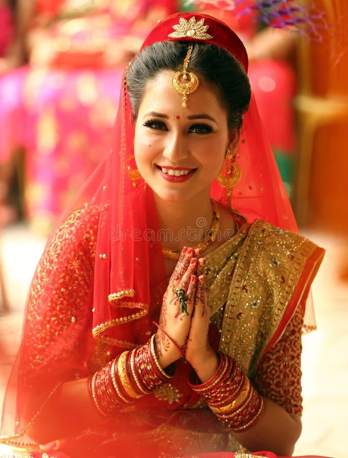 微笑的尼泊尔新娘 免版税图库摄影