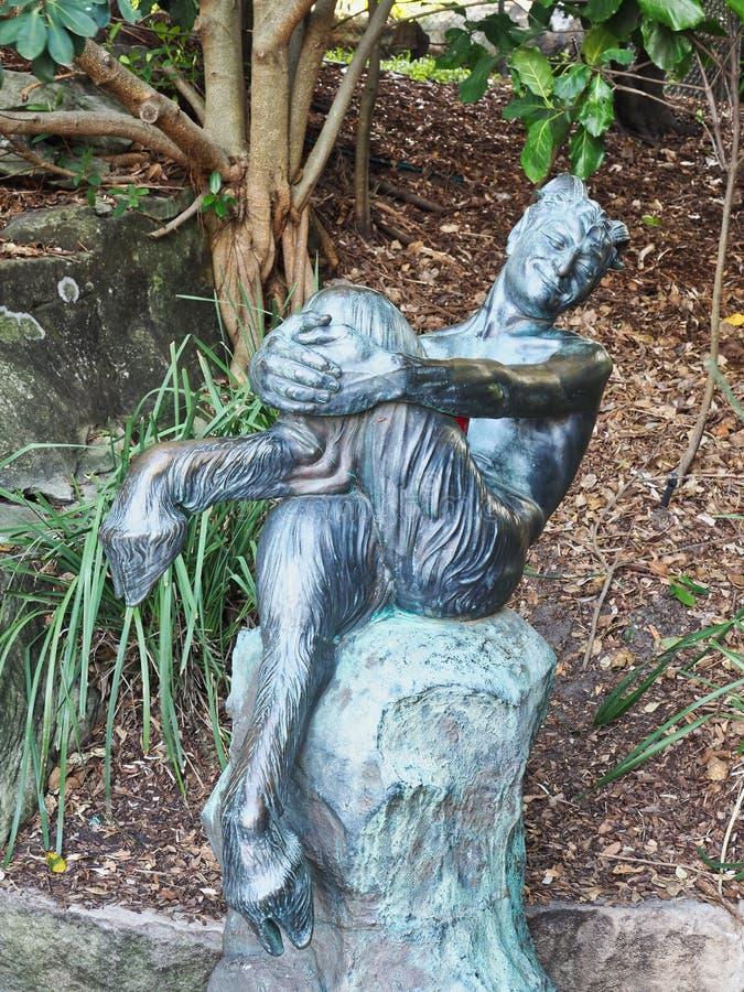 微笑的山羊人古铜色雕象,悉尼皇家植物园,悉尼,澳大利亚 库存图片