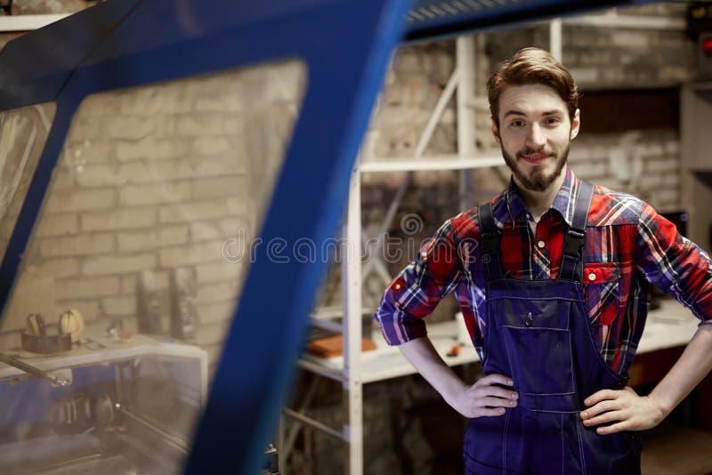 微笑的工作者在工业车间 免版税库存图片