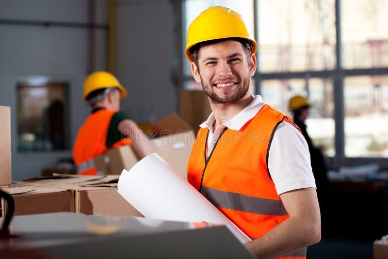 微笑的工厂劳工 免版税库存图片