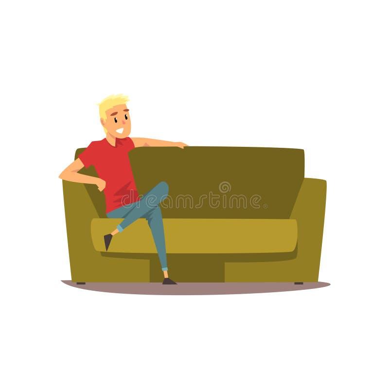 微笑的年轻人坐长沙发传染媒介例证 皇族释放例证