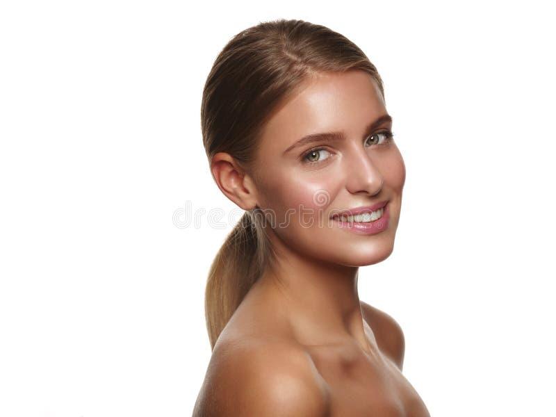 微笑的年轻人的画象有裸体构成的健康和美丽的女孩 免版税图库摄影
