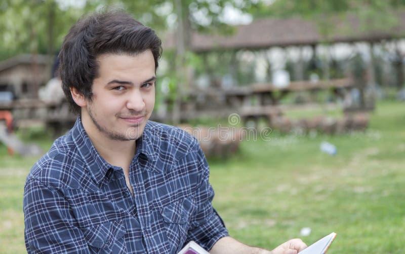 微笑的年轻人 免版税库存图片