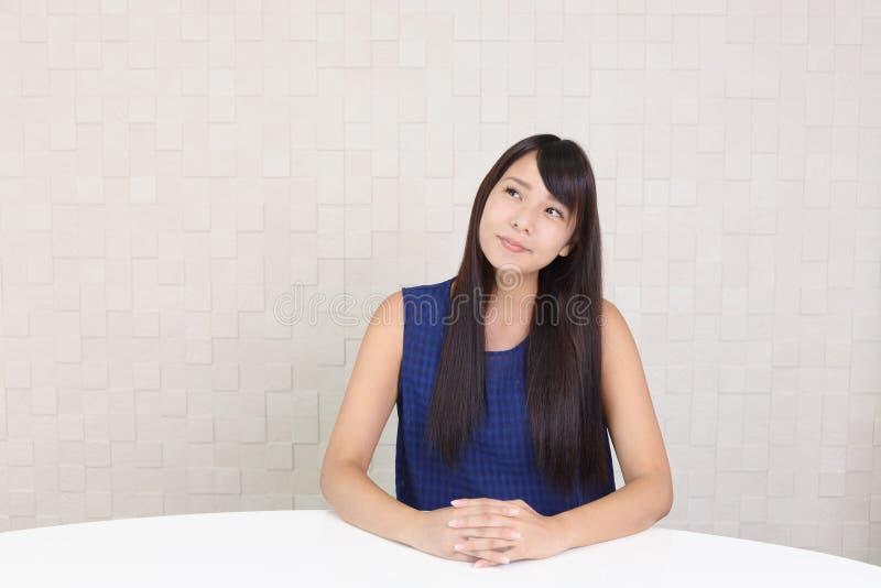微笑的年轻女人 图库摄影