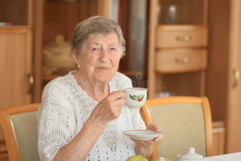 微笑的年长妇女 免版税库存图片