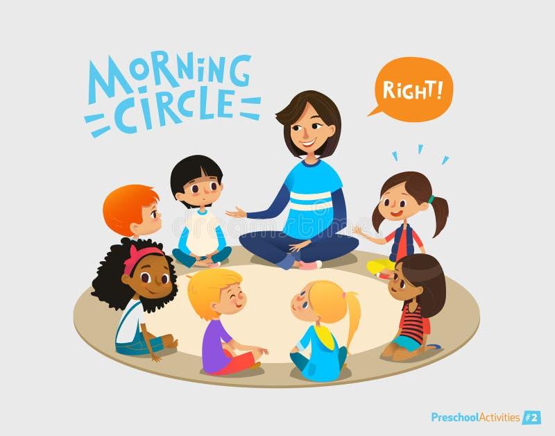 微笑的幼儿园老师与坐在圈子的孩子谈话并且问他们问题 学龄前活动和及早 库存图片