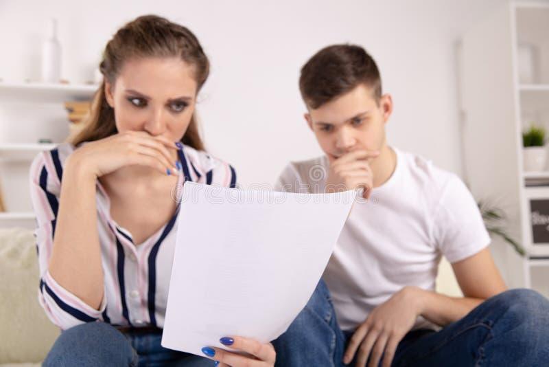 微笑的律师、地产商或财政顾问握手年轻夫妇感谢忠告,保险经纪人或者银行 库存照片
