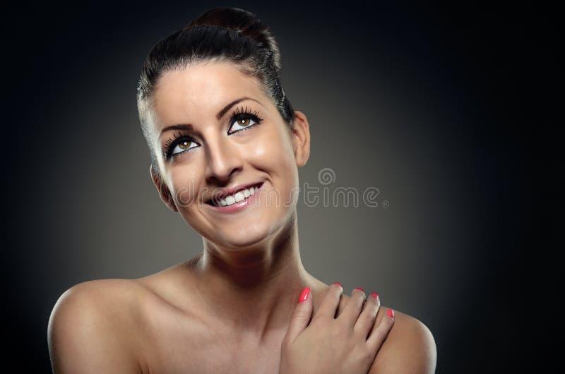 微笑的性感的妇女画象有缎身体皮肤的在黑暗后面 库存照片