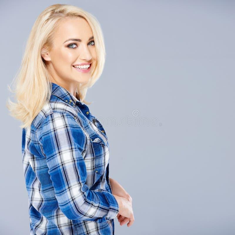 微笑的性感的被晒黑的年轻白肤金发的妇女 库存图片