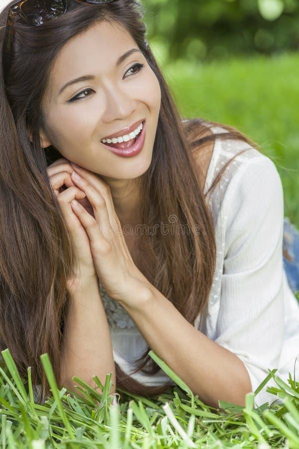 微笑的愉快的中国亚裔少妇女孩 免版税库存照片