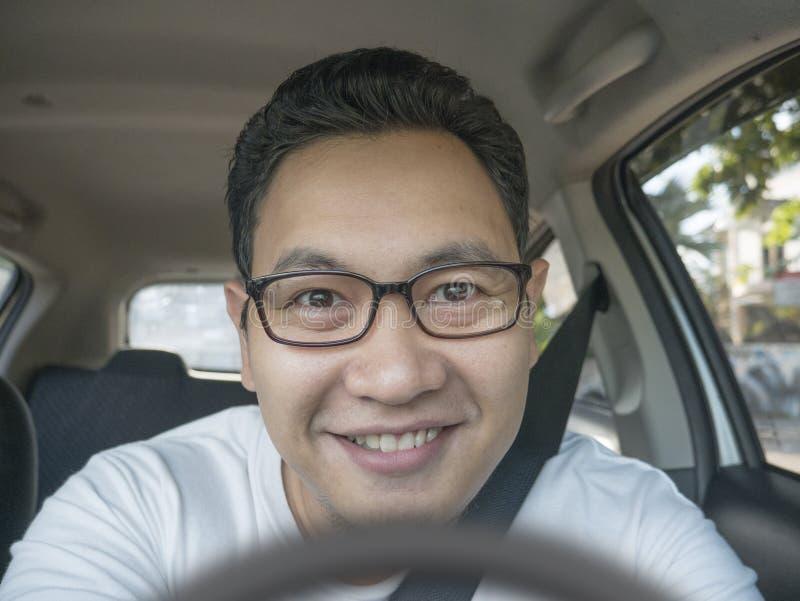 微笑的愉快的男性司机 免版税库存照片