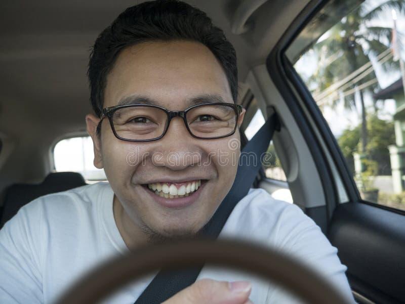 微笑的愉快的男性司机 免版税库存图片
