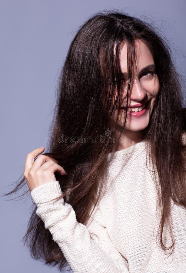 微笑的愉快的年轻深色的妇女画象画象在白色的 库存照片
