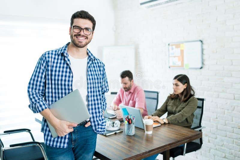 微笑的执行委员画象在候选会议地点 免版税库存照片