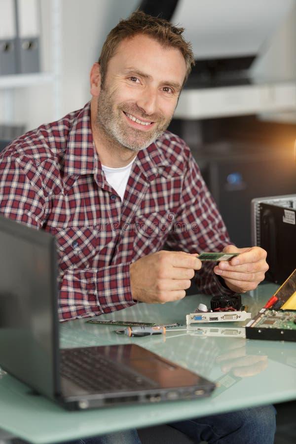 微笑的技术员定象电路 免版税库存图片