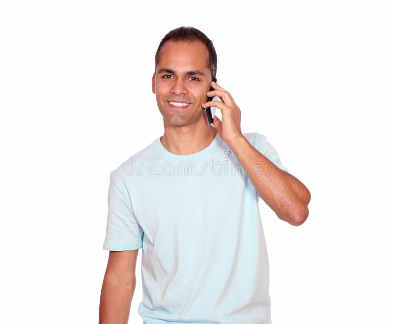 微笑的拉丁成人人发表演讲关于手机 库存图片