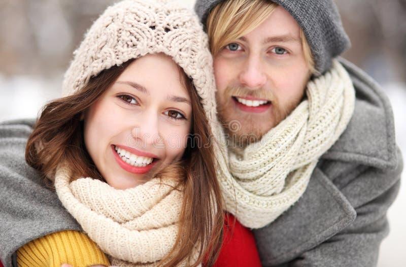 微笑的新夫妇纵向  免版税库存照片