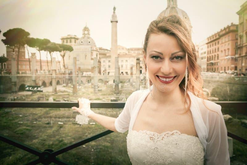 微笑的新娘在古城 意大利罗马 免版税图库摄影