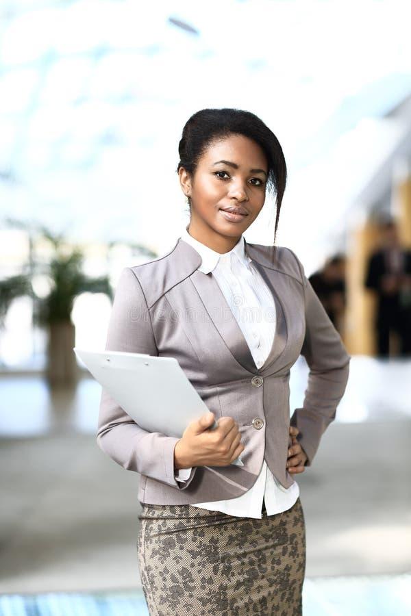 微笑的新非洲女实业家 库存图片