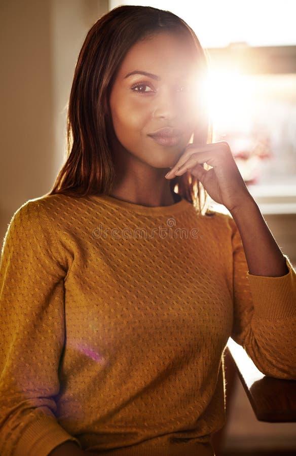 微笑的时髦的年轻黑人妇女 库存图片