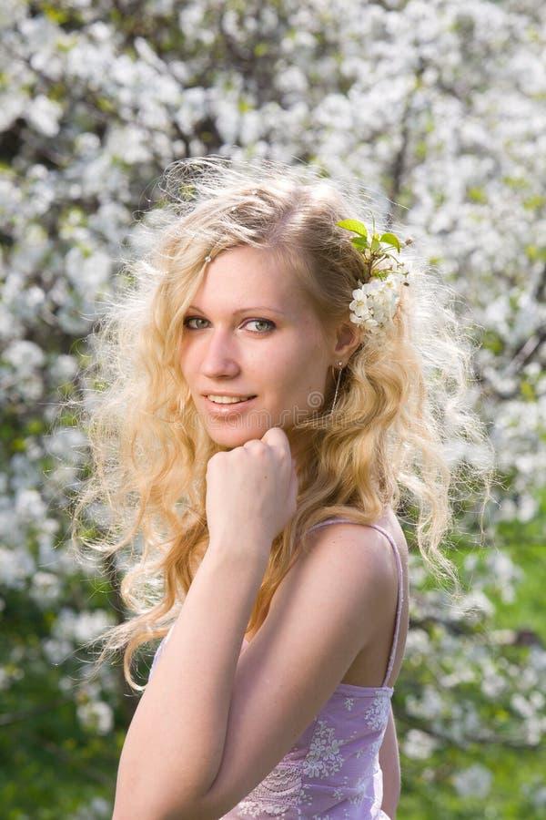 微笑的春天妇女 免版税图库摄影