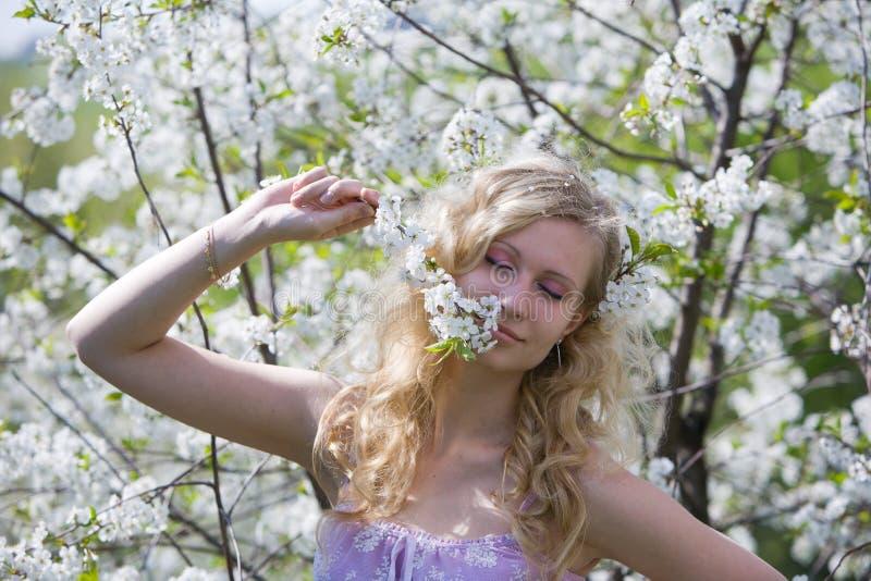 微笑的春天妇女 免版税库存图片