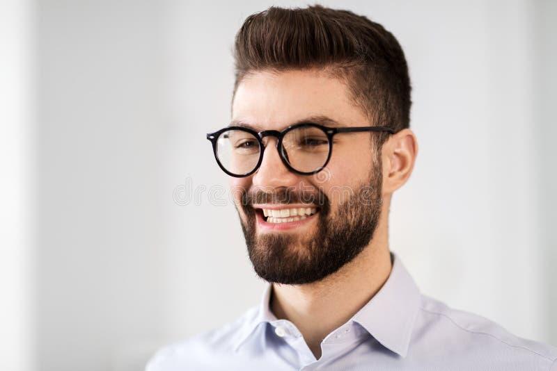微笑的有胡子的商人画象在玻璃的 库存图片