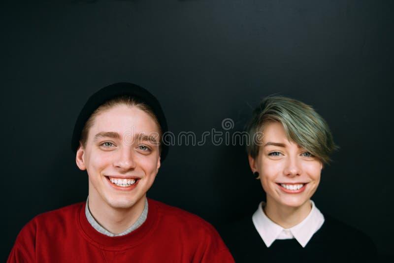 微笑的朋友画象bff休闲青少年的行家 免版税库存图片