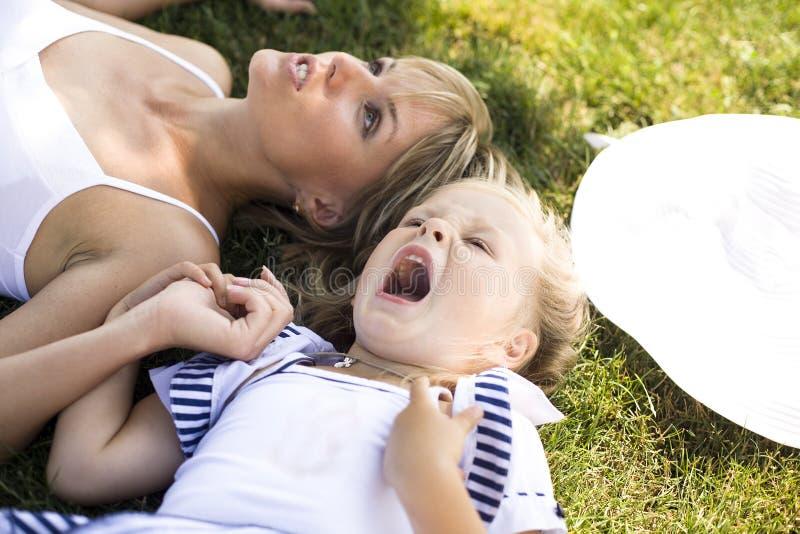 微笑的母亲和小女儿自然的。愉快的人民户外 免版税库存图片