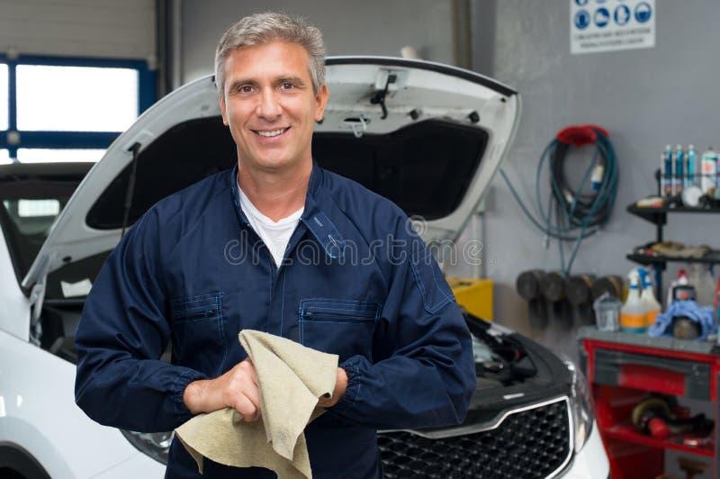 微笑的汽车机械师 免版税图库摄影